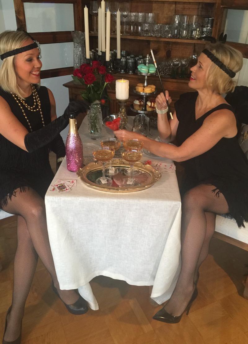 Kuvasimme menneellä viikolla Pintariipaisuja blogin Emman kanssa  naisellista 20-luvun muotia. Otimme leikin tosissamme ja sukelsimme  täysillä salakapakka . 5ee2873503