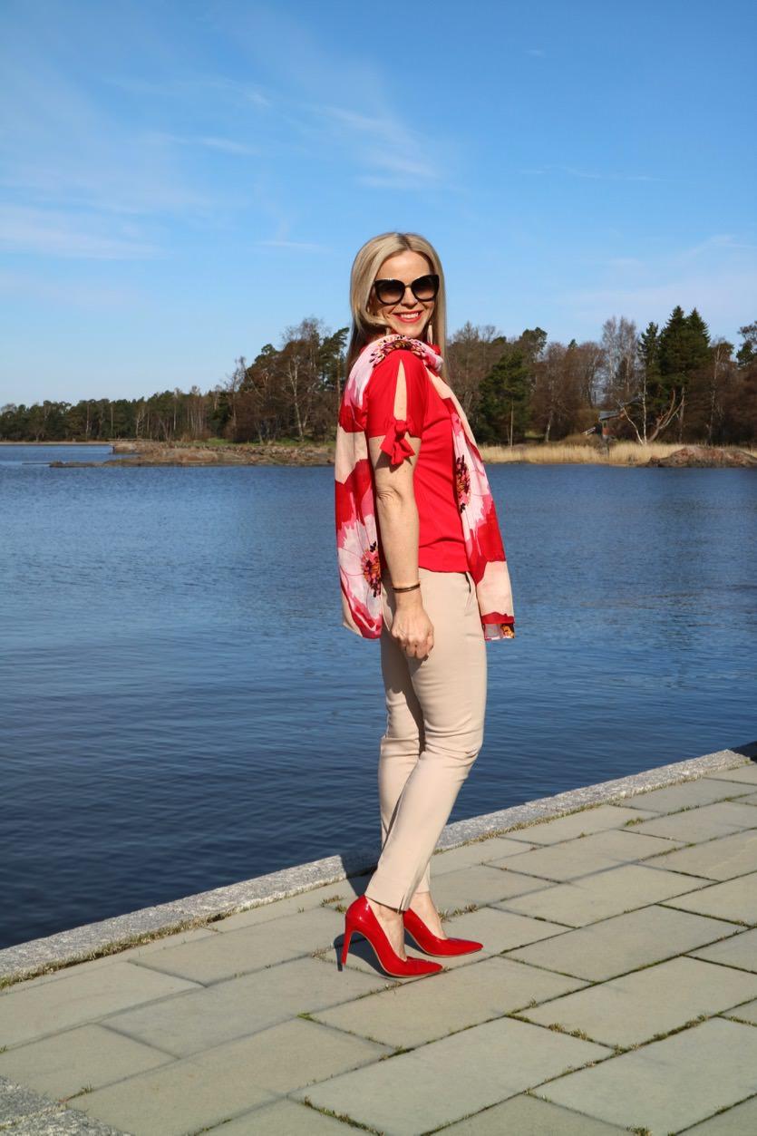 Housuasuja 2: Beiget housut ja niihin sopivia energisiä yläosia