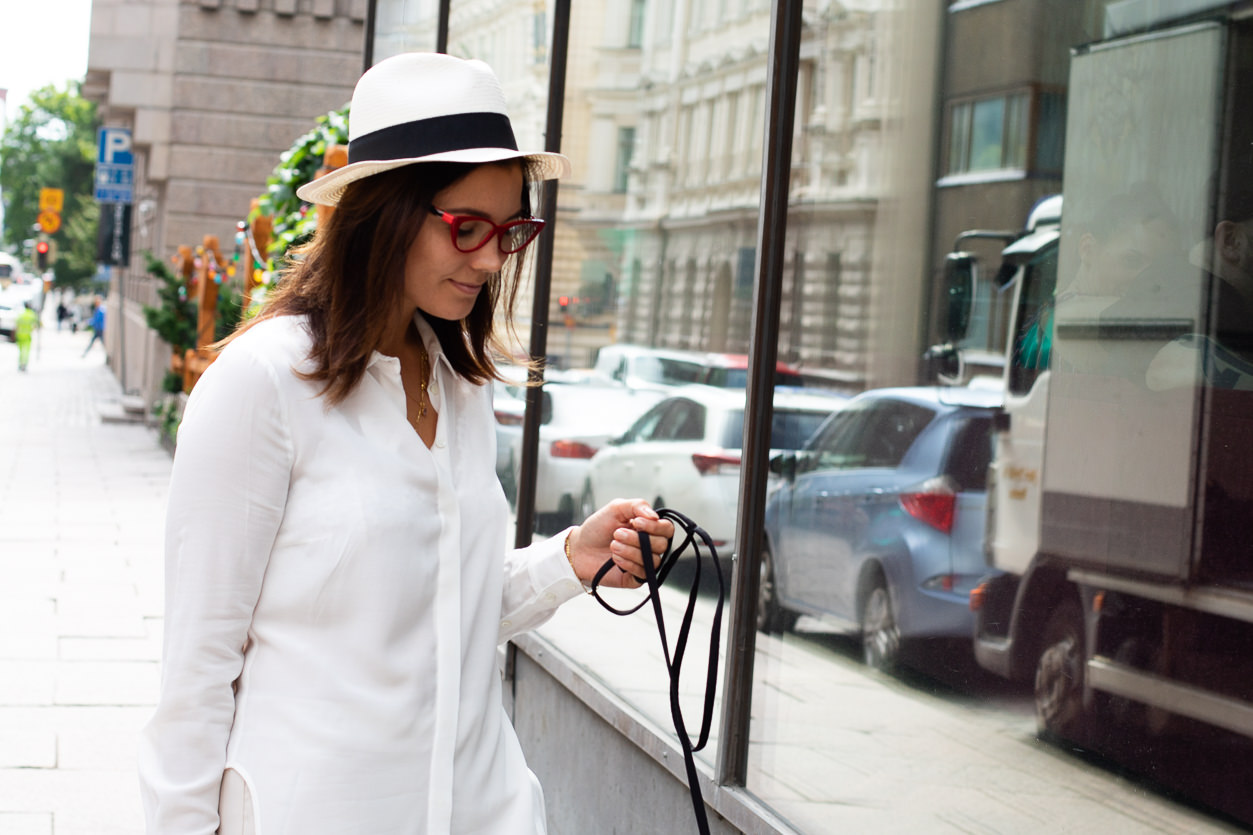 Valkoinen pitkä paita, yksi vaatekaapin kulmakivistä