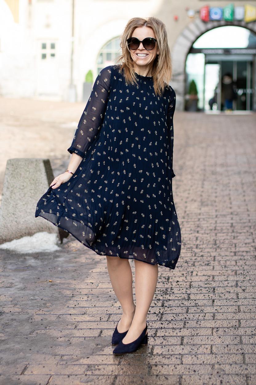 Säädyllisen hauska mekko ja uuden/vanhannäköinen hame