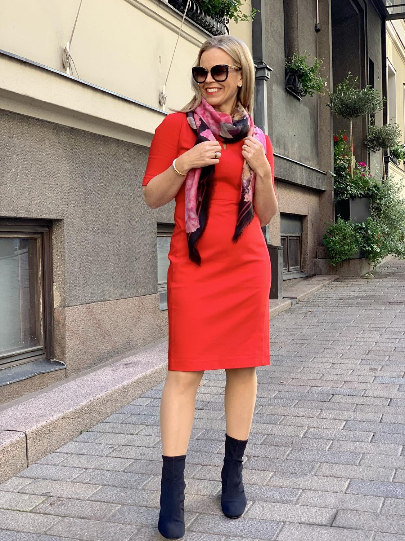 Klassinen punainen jakkupuku myös mekolla