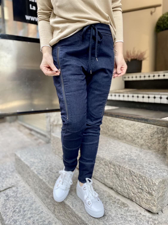 Rennot Tulevaisuuden housut ja perusneuleet jipolla